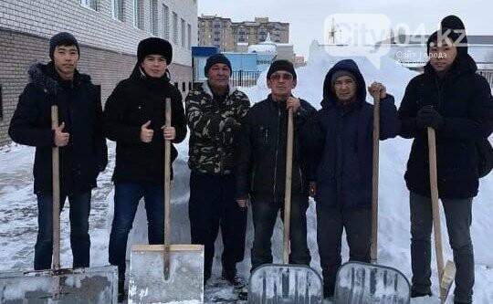 Снежный десант: молодежь Актобе помогает в уборке снега, фото-1
