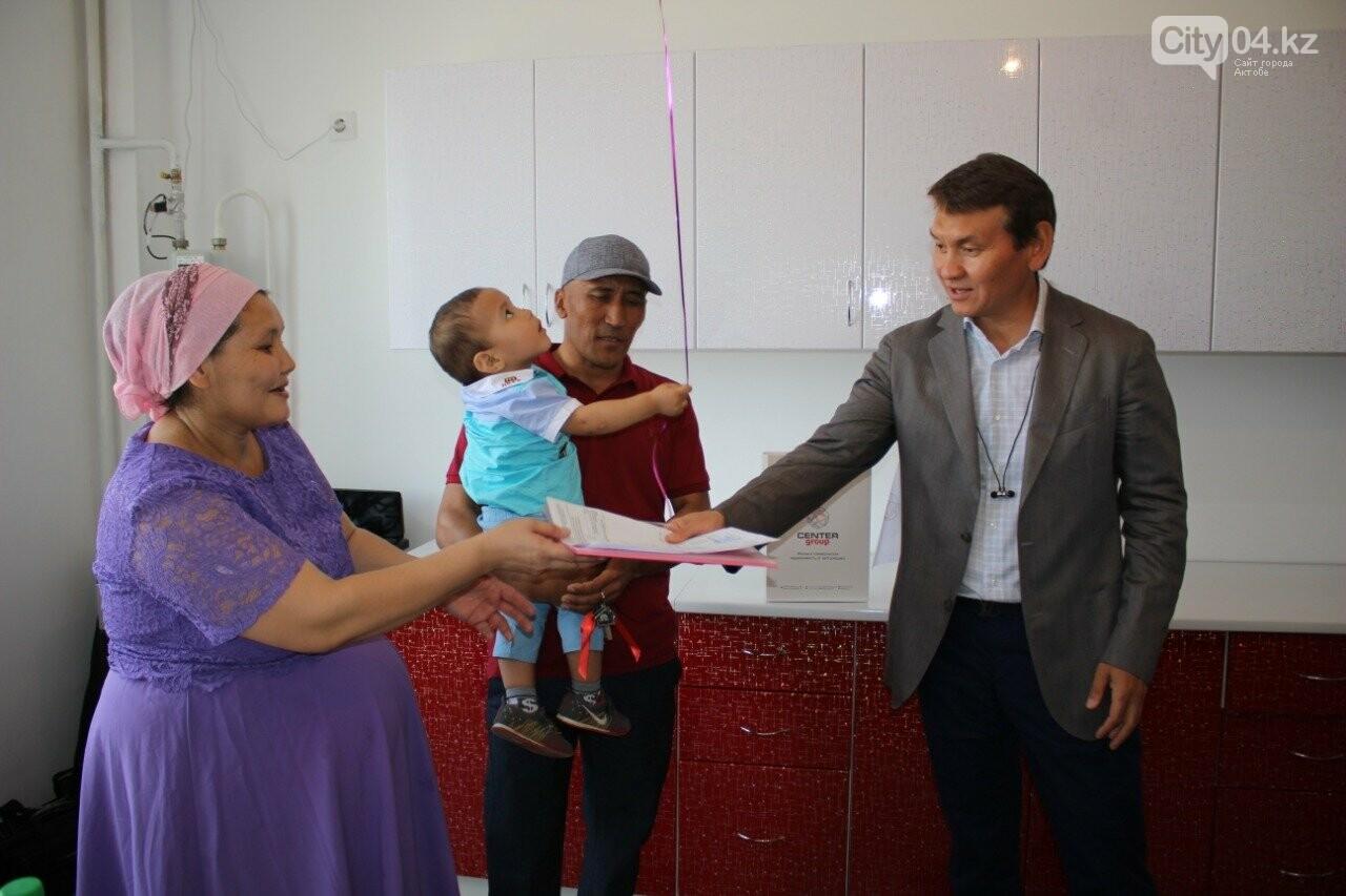 В Актобе строительная компания подарила многодетной семье квартиру     , фото-2