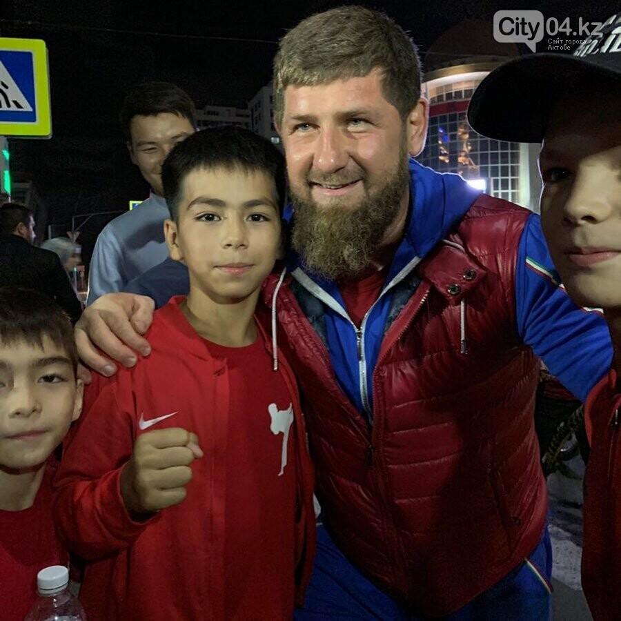 «Не имею права не поздороваться с казахстанцами»: Кадыров сделал фото с флагом Казахстана, фото-1