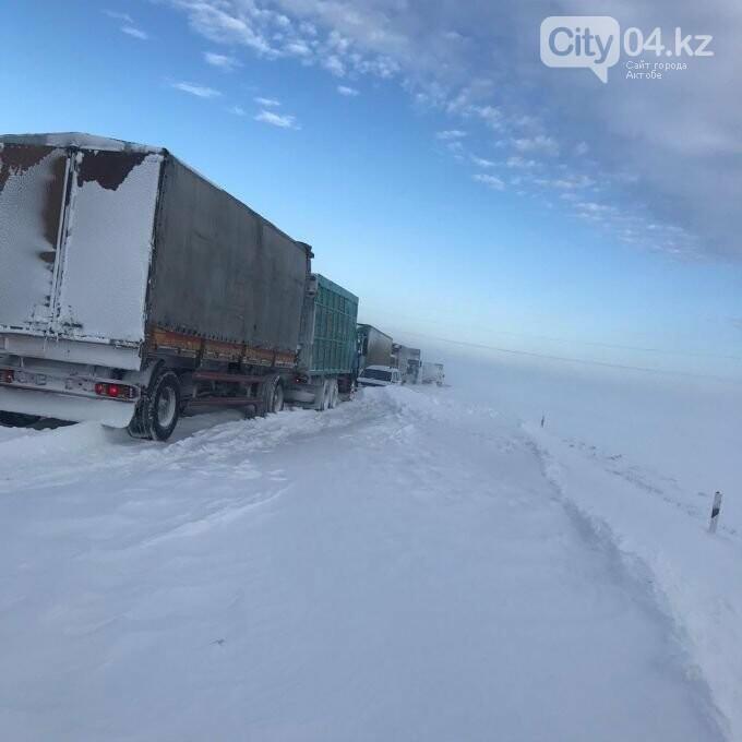 Больше 200 машин застряли в снегу в Актюбинской области, фото-1