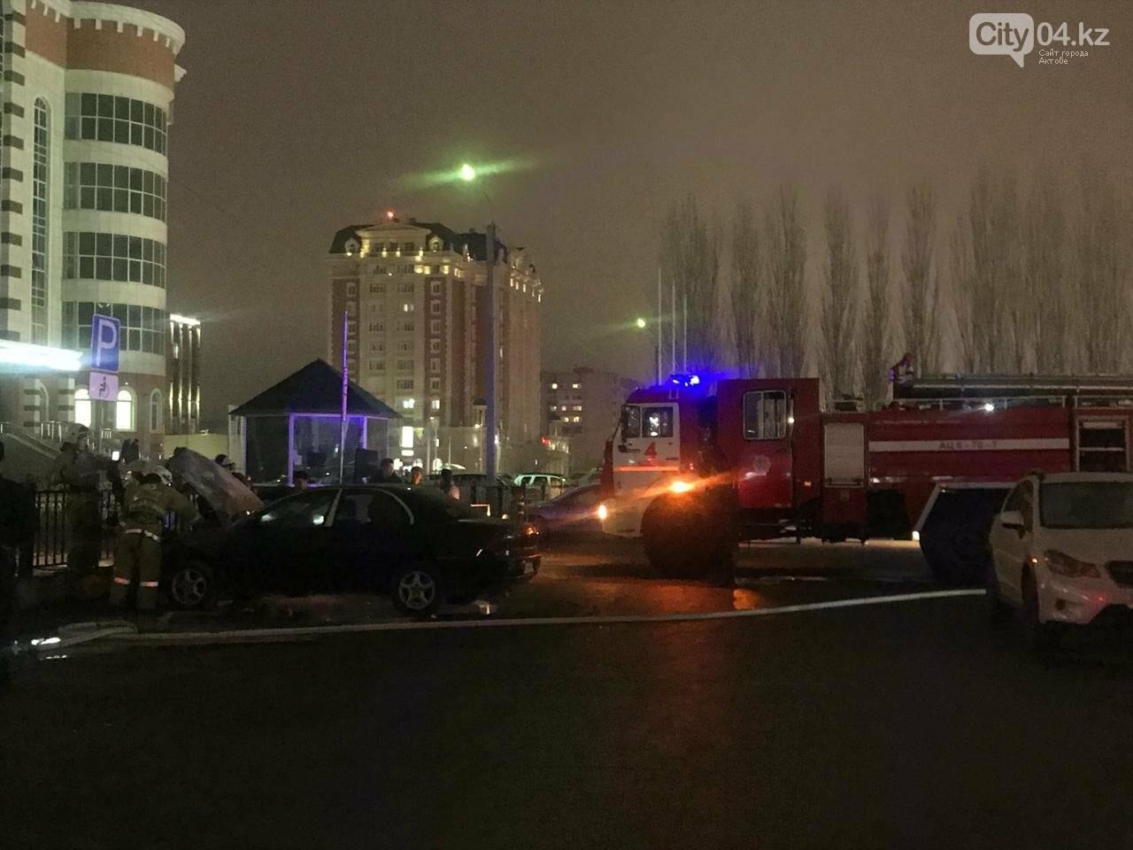 Бдительные прохожие не дали сгореть иномарке возле бизнес-центра в Актобе, фото-1