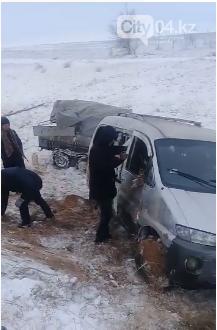 На трассе Самара-Шымкент в кювет перевернулась машина, фото-1