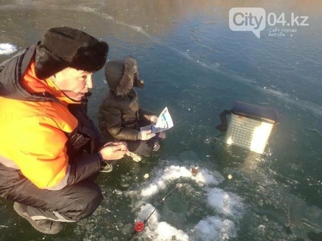Спасатели в Темире вышли на лед к рыбакам, фото-2