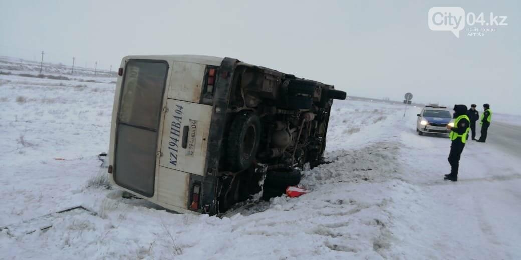 Алгинский автобус перевернулся на трассе, фото-1