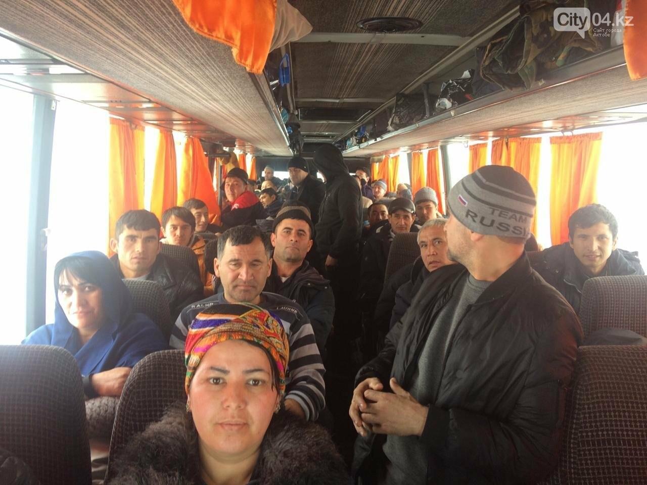 В Актюбинской области застрял автобус с 55 гражданами Узбекистана, фото-2