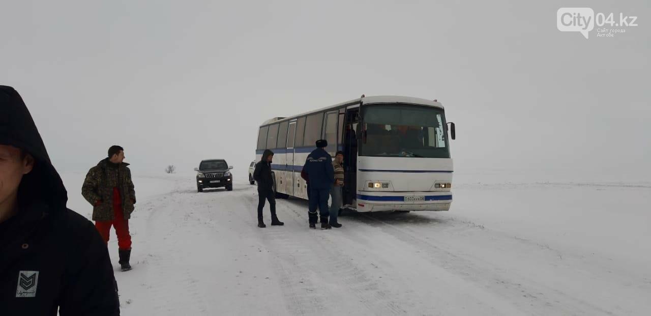 В Актюбинской области застрял автобус с 55 гражданами Узбекистана, фото-1